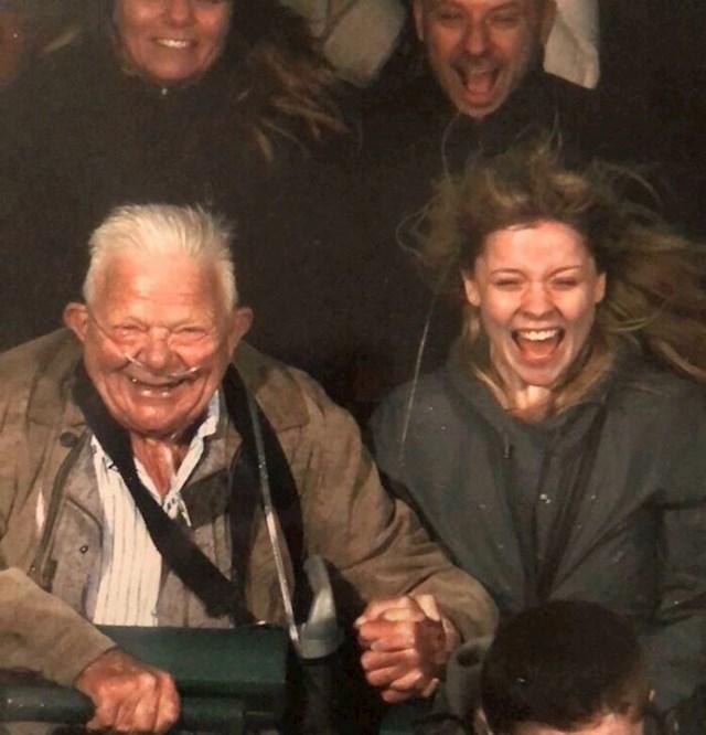 Ovaj djed se zabavlja kao nikad