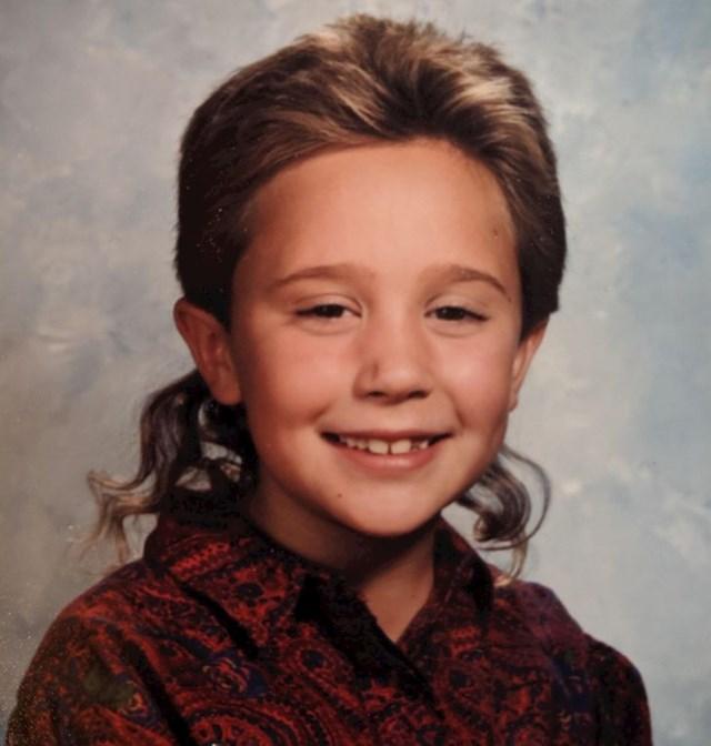 Moj tata je smatrao da je ova frizura precool, a mama da je ova košulja precool, i eto me tako poziram u precool izdanju. I samo da znate, žensko sam!