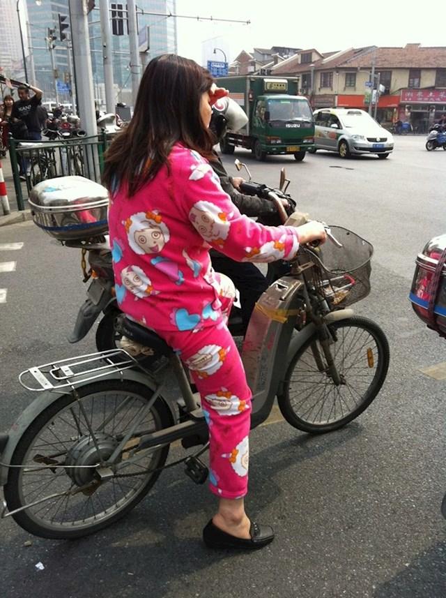 Ljudi nose pidžame po ulici