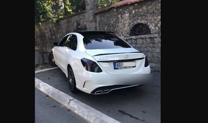 Svi komentiraju fotku luksuznog auta iz Srbije zbog bizarnog natpisa kojeg je vlasnik stavio