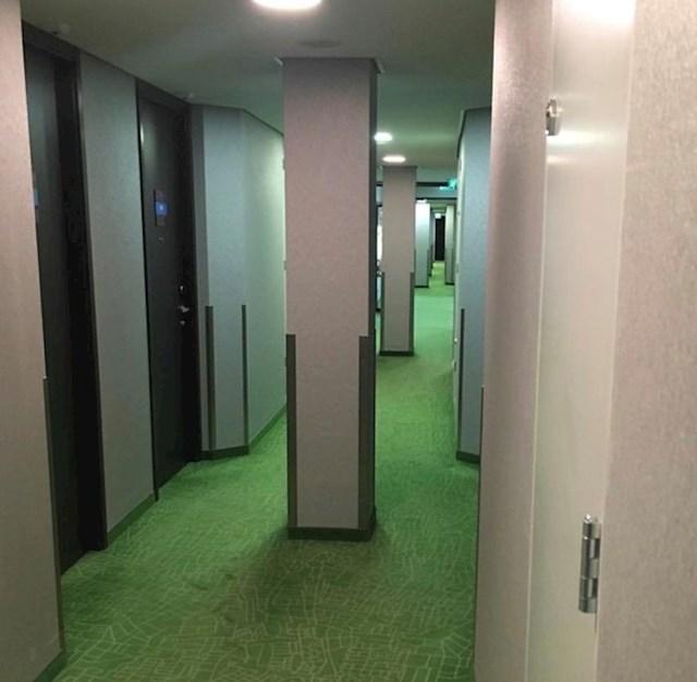 Ovaj hotelski hodnik ima stupove po sredini