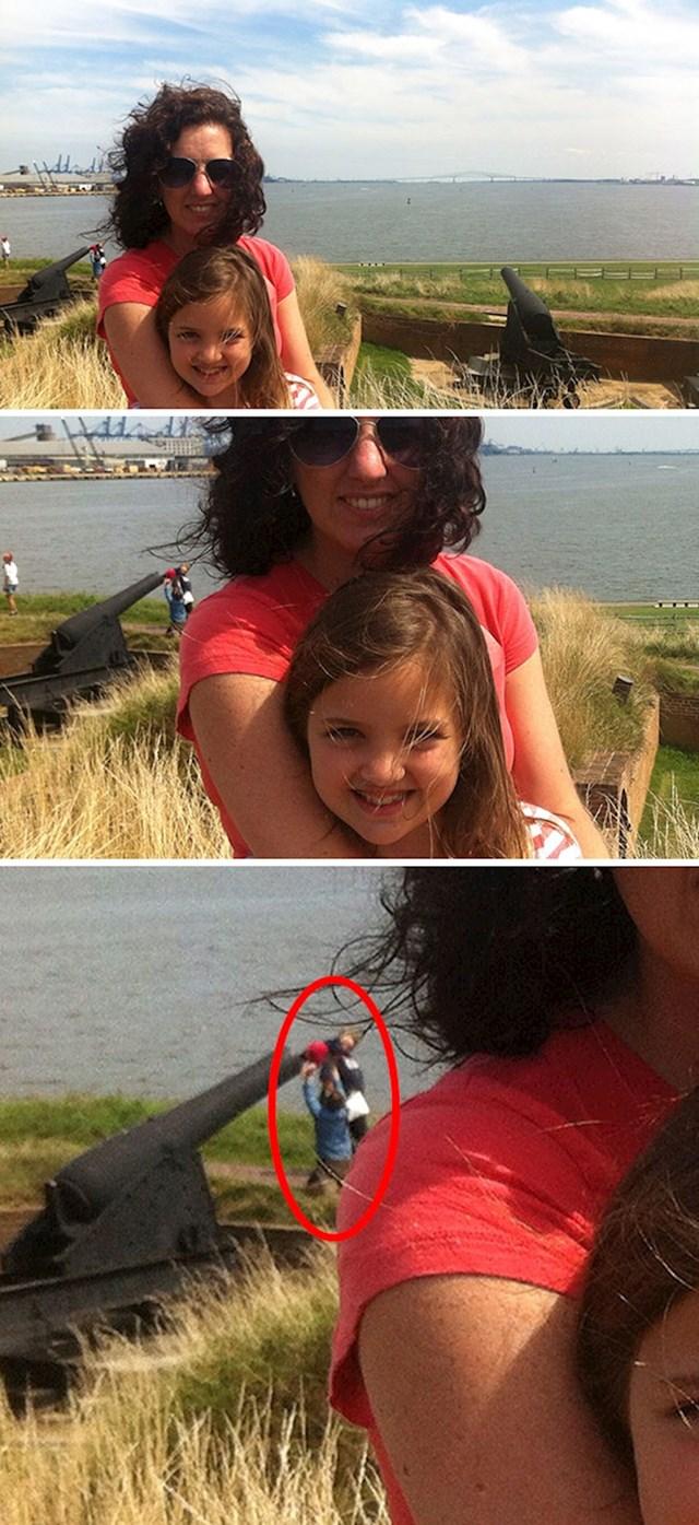 Tek su kući primjetili ljude u pozadini fotke koji stavljaju dijete u top