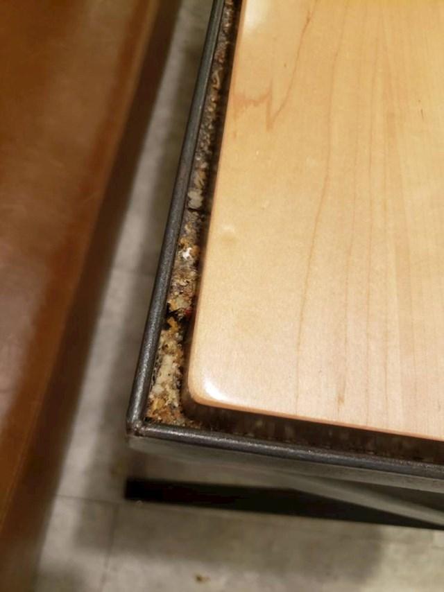 Ovaj stol iz kojeg je nemoguće izvaditi mrvice i ostatke hrane