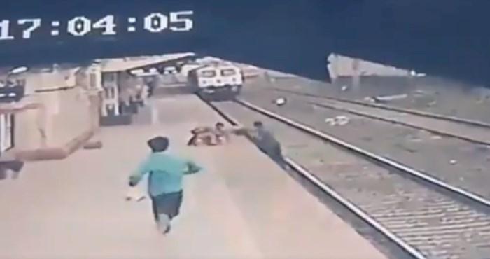 Heroj iz Indije spasio dijete od nadolazećeg vlaka: Pogledajte napetu snimku