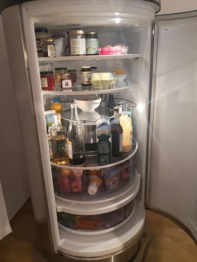 Hladnjak s okretnim policama kako bi što jednostavnije došli do svojih namirnica