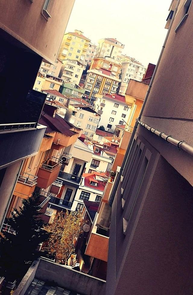 Kada me pitaju kako Istanbul izgleda, pokažem im ovu fotku (Uvijek svima kažem da je Istanbul poput vala. Kuće su izgrađene na brdima koja se uzdižu i spuštaju, kao što je prikazano na ovoj fotografiji)