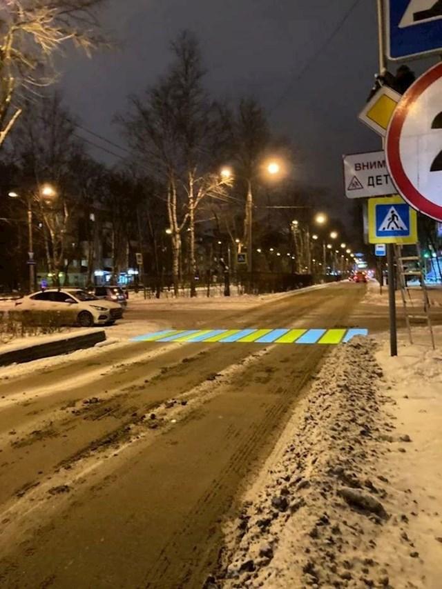 Projektor koji projicira pješački prijelaz na bljuzgavim ulicama