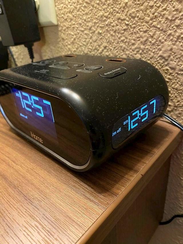 Sat-budilica se vidi iz svakog kuta sobe i kreveta