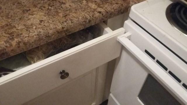 Svaki put kad otvara ladicu prvo treba otvoriti vrata od pećnice