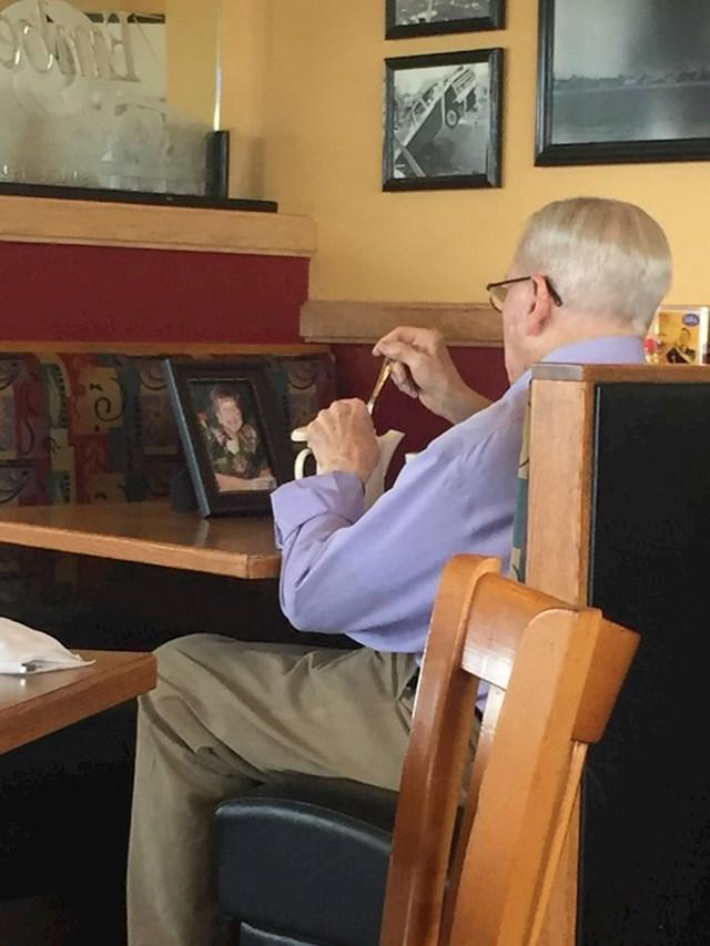 Ovaj gospodin je došao popiti kavu sa svojom pokojnom suprugom u restoranu u koji su uvijek dolazili