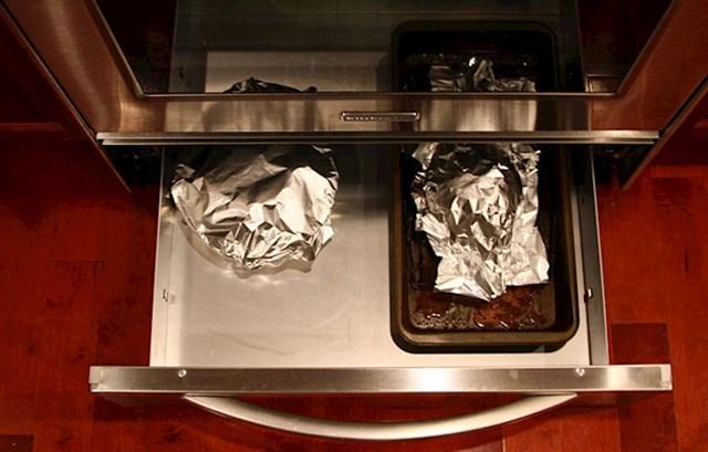Ladica ispod pećnice služi za držanje hrane toplom, a ne odlaganje posuđa