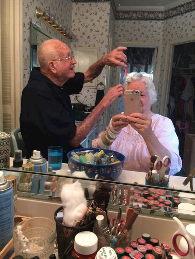 Baka je operirala zapešće i ne može sama sebi napraviti frizuru pa joj djeda stavlja viklere