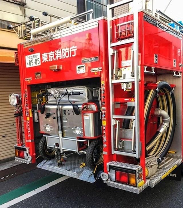 Vatrogasno vozilo koje sadrži mini verziju sebe za manje prolaze
