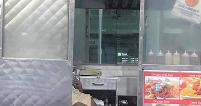 Netko je slikao radnika fast food kioska i otkrio odvratnu stranu pripreme ulične hrane