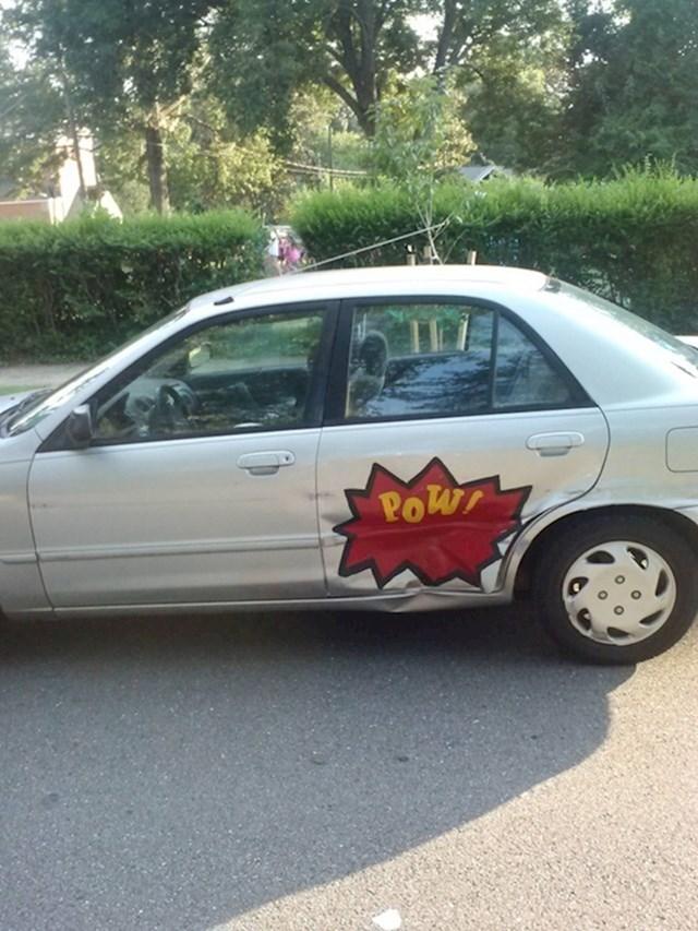 Netko mu je udario auto pa je smislio kreativno rješenje...