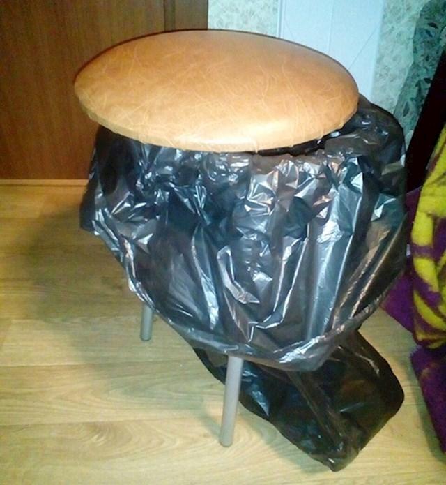 Koš za smeće koji služi i kao stolica