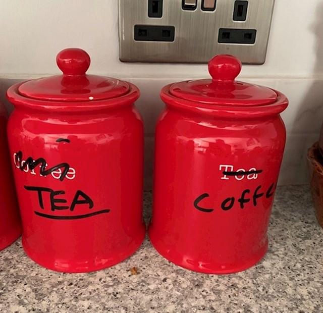 Mama je u spremnik za kavu slučajno stavila čaj, a u spremnik za čaj kavu. Problem je riješila na najgluplji moguć način.