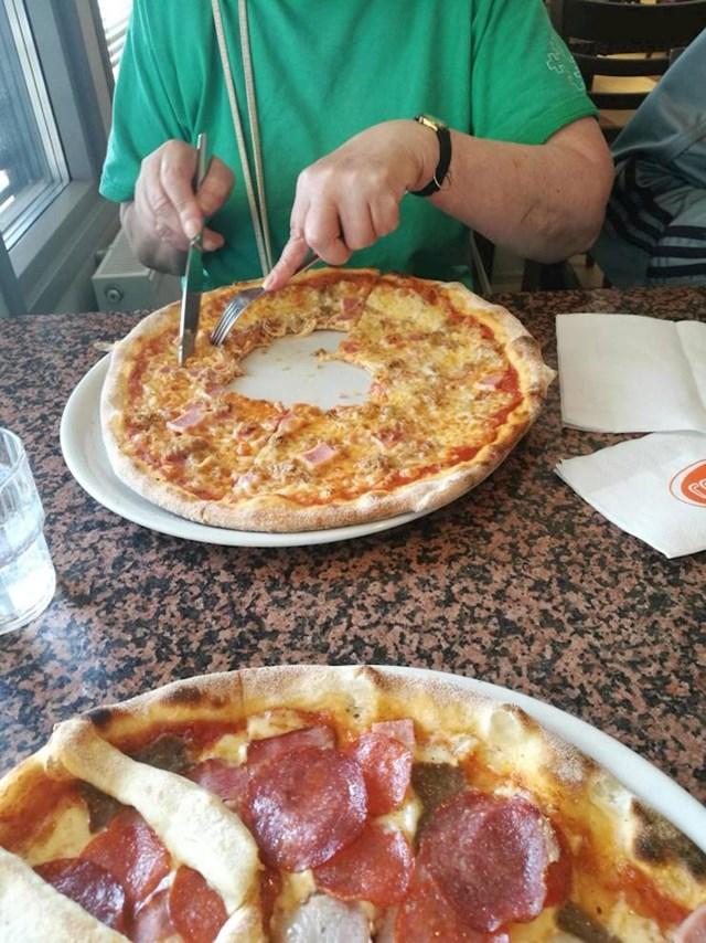 7. Moja baka ovako jede pizzu 🤦♀️