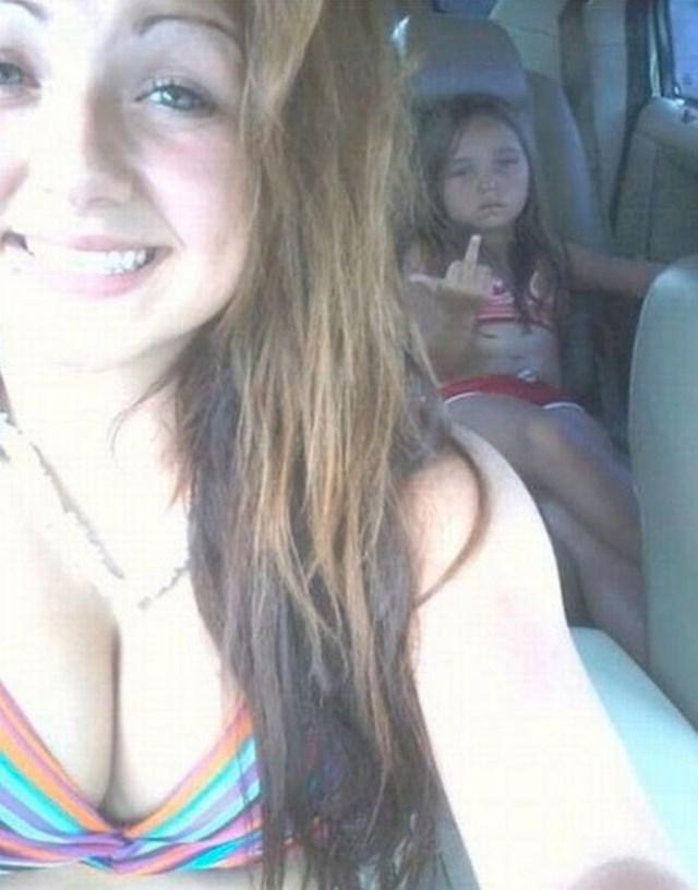 Sestri je dosta njenih selfija