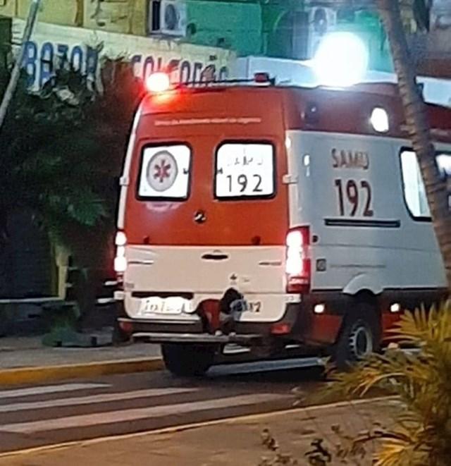Pas je skočio na branik automobila hitne pomoći koji je njegovog vlasnika odvezao u bolnicu.