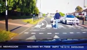 VIDEO Nestrpljivi idiot skoro pregazio djecu na pješačkom, otac ih spasio