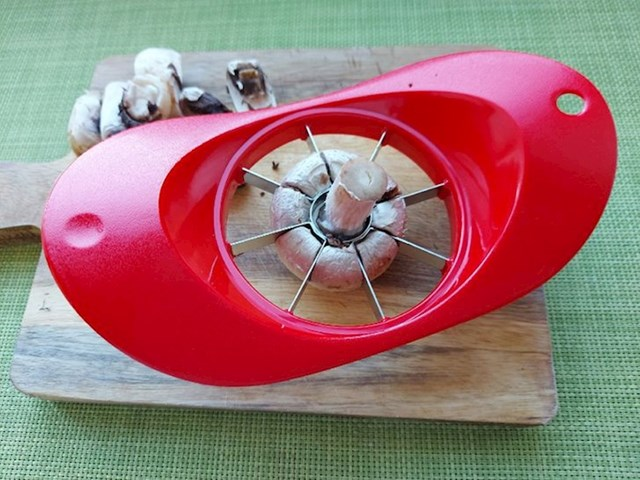 Gljive je najlakše rezati rezačem za jabuke ili jaja
