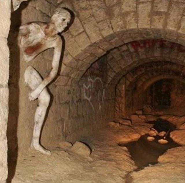 Scena iz pariških katakombi