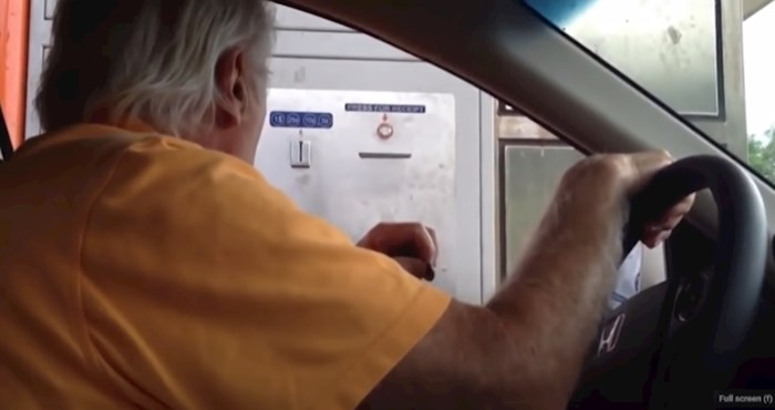 Morate vidjeti video djeda koji pokušava izaći s parkinga, ali mu aparat ne prihvaća kovanicu