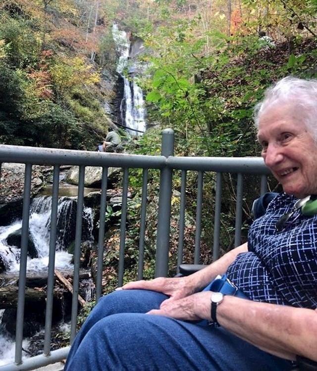 Nije bilo lako popeti se, ali naša 93godišnja mama je vidjela svoj prvi vodopad u životu