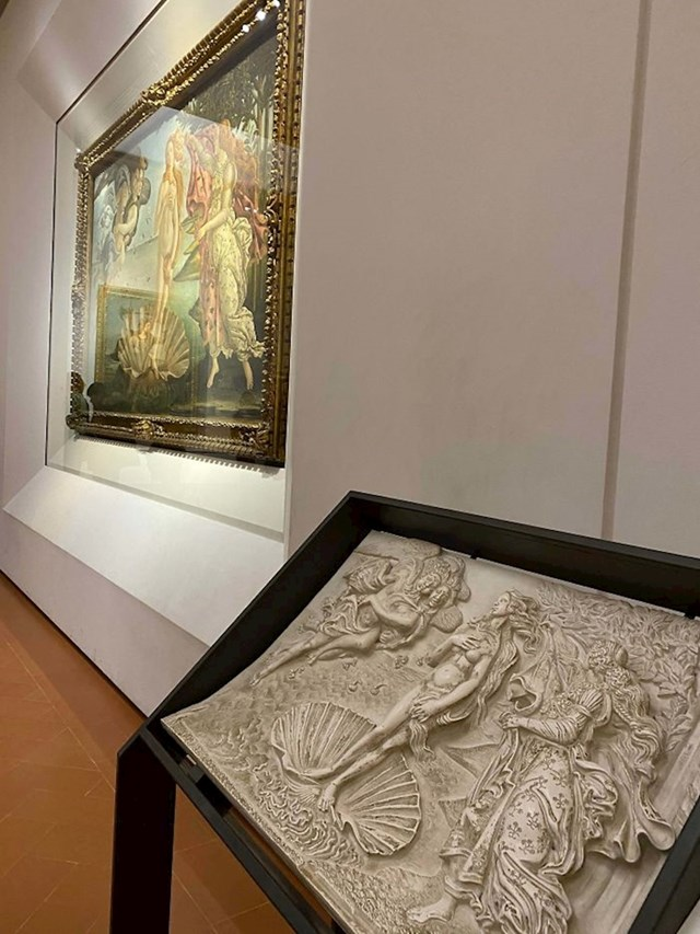 Galerija Uffizzi u Firenci pored svake izložene slike ima veruiju za slijepce kako bi si i oni mogli dočarati prizor