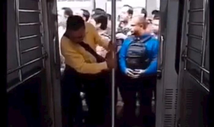 Suluda snimka: Morate vidjeti kako ljudi u Indiji ulaze u jureći vlak