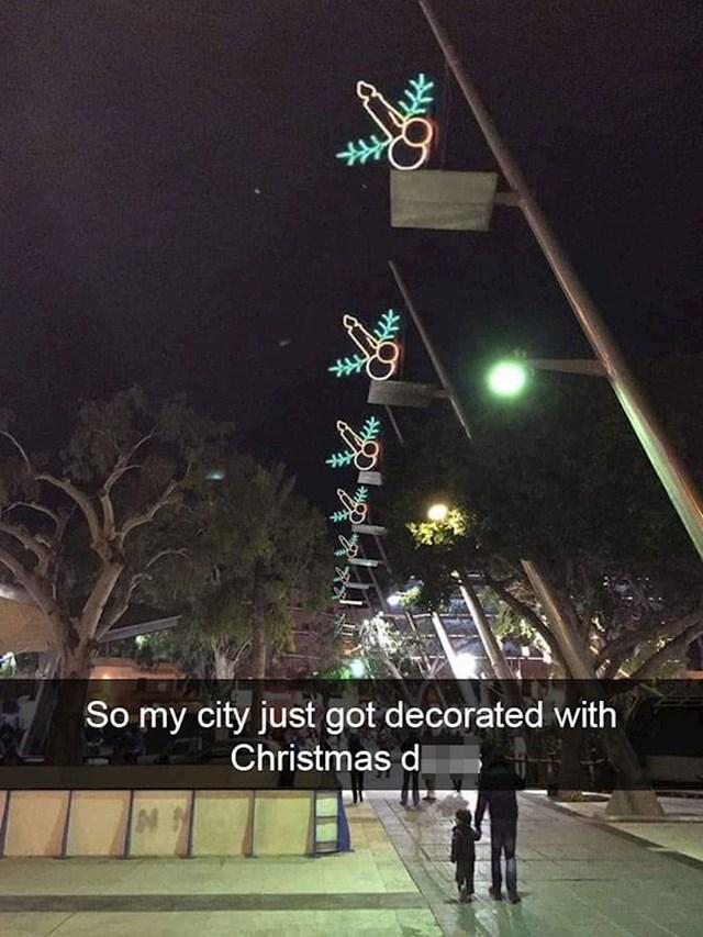 Vidite li vi nešto čudno s ovom božićnom dekoracijom?