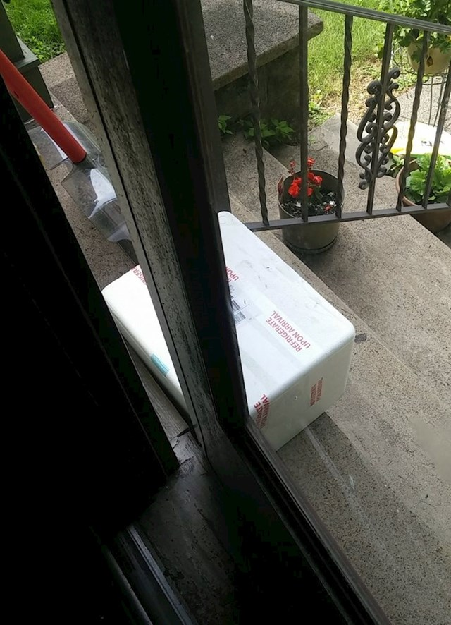Dostavljač mi je ostavio paket na kojem piše lomljivo ispred vrata i ako otvrim vrata srušit ću paket i sve porazbijati