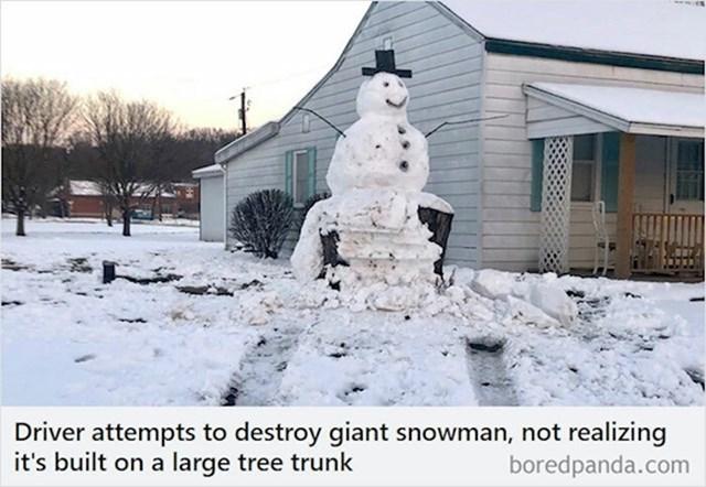 Netko je imao namjeru autom srušiti ovog snjegovića, ali nije primjetio da se nalazi na velikom deblu