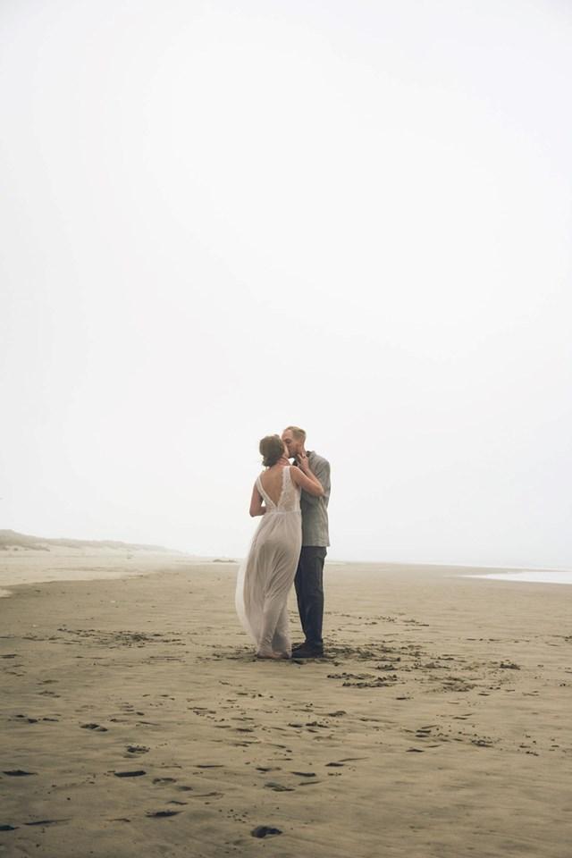 Vjenčanje je bilo na plaži. Poludjela je jer ostavljamo otiske dok šetamo i to uništava slike