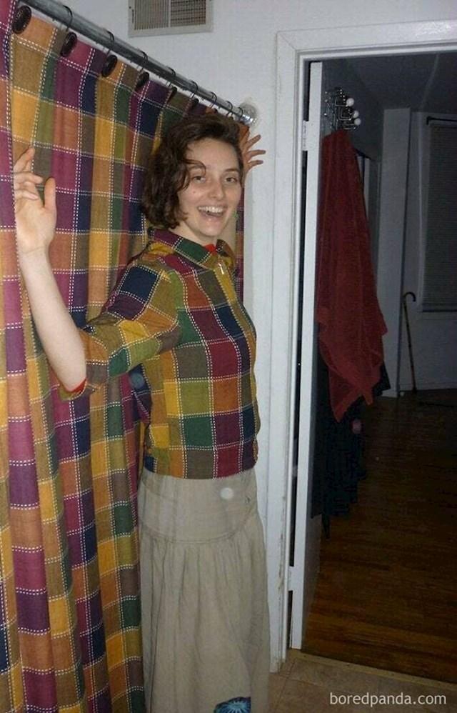 Prijateljica je došla vidjeti moji novi stan u košulji od istog materijala kao i moje zavjese
