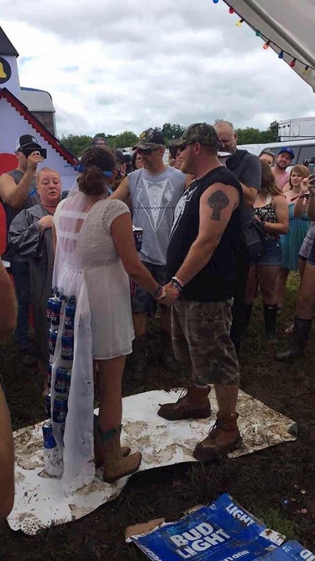 Je li možda pivovara sponzor ovog vjenčanja? Kakav je ovo šlep?