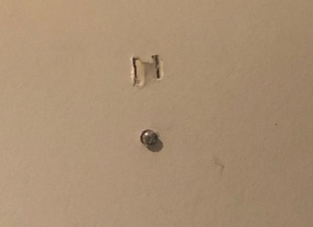Danas smo shatili da detektor plina cijelo vrijeme dok smo tu živjeli nije imao baterije i da je bio uključen u dvije rupe u zidu koje je moj stanodavac izrezbario