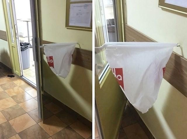 Vrata vam se stalno zatvaraju? Možete ih držati pomoću vrećice.