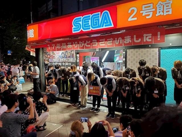 Zaposlenici zahvaljuju vjernim kupcima nakon zatvaranja druge trgovine SEGA u Akihabari nakon 17 godina