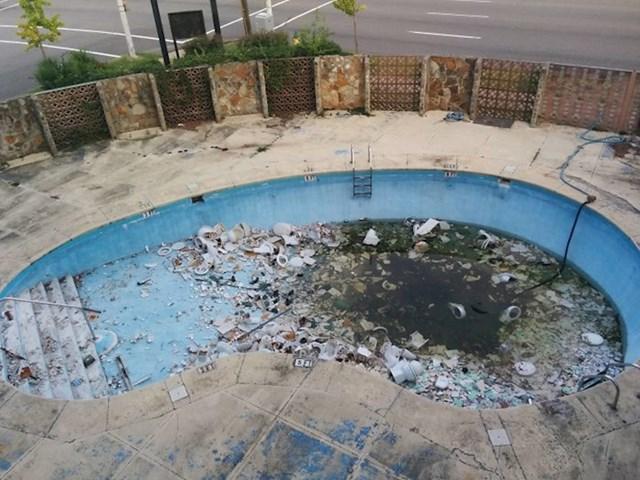 Bazen u hotelu u Alabami. Da, to su WC školjke