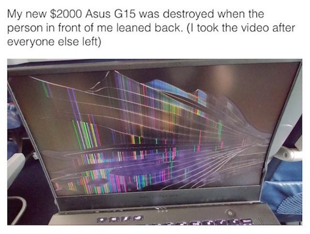 Novi laptop potpuno uništen kad je osoba ispred mene spustila sjedalo do kraja
