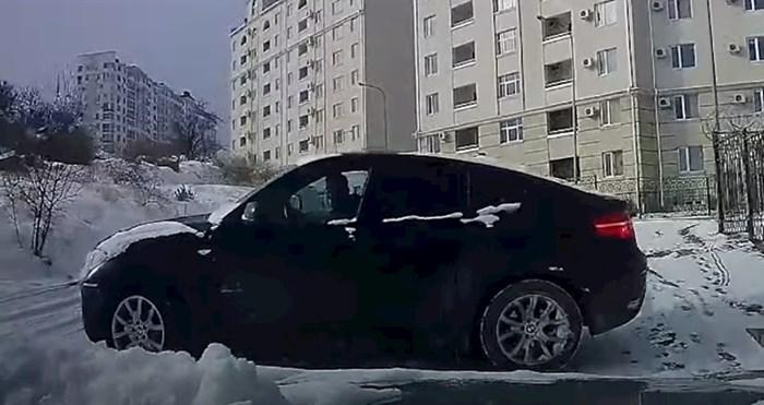 Morate vidjeti savršenu reakciju ovog vozača dok auto na zaleđenoj cesti ide ravno na njega