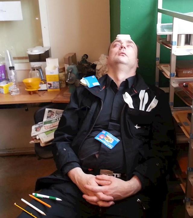 Moj kolega spava s otvrenim očima i to je prilično zastrašujuće