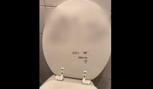 Nije pazio gdje cilja kad ide na WC, mama mu je ostavila poruku koju neće zaboraviti