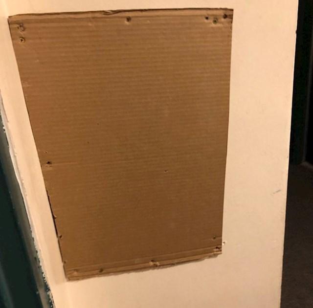 Zabrio je u zid ovaj komad kartona, pretpostavljam da je iza nekakva rupa