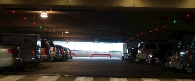 Garaža koja iznad parking mjesta ima crveno ili zeleno svjetlo, ovisno je li mjesto zauzeto ili slobodno