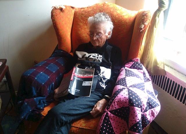 """Cimerova baka je navratila kod nas, skoro me srčani uhvatio kad sam je vidio misleći da je mrtva, a onda sam vidio naziv njene knjige (""""Still alive"""")"""