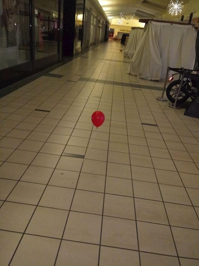 Radi kao noćni čuvar u trgovačkom centru. U 4 ujutro nasred prolaza odjednom se pojavilo ovo