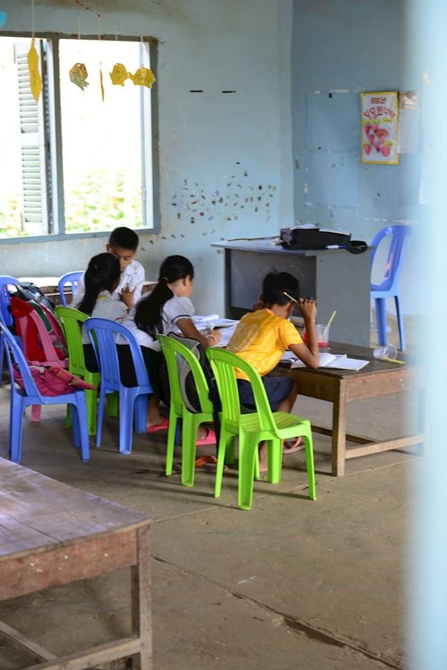 3. Učenici jedu u učionici skupa sa svojim učiteljima